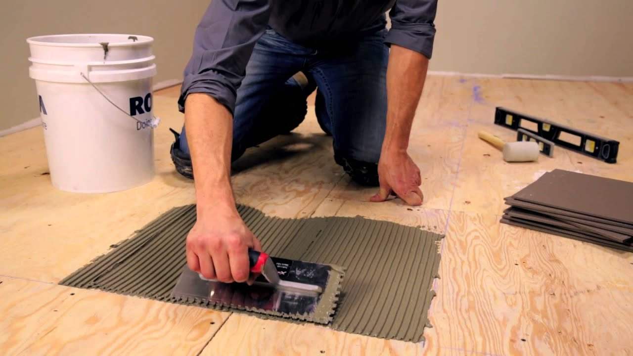 układanie płytek podłogowych